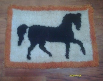 Hook Latch Rug/Wall hanging.  Horse, 16 x 19 rectangular,finished product
