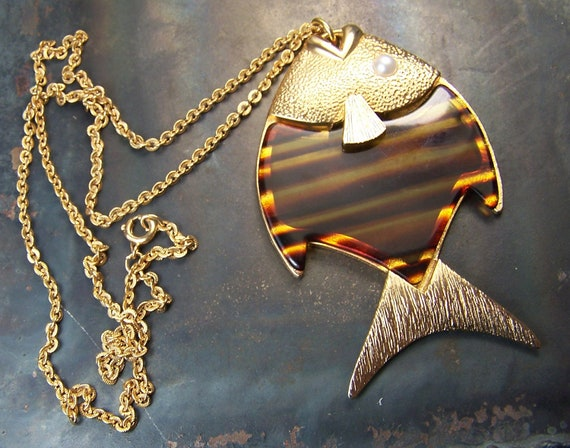 Sarah Coventry -  vintage - Fish necklace - 1970s - Tortoiseshell faux - Gold tones - amber - angelfish - long necklace - large pendant 1976