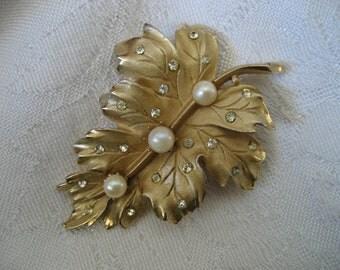 VINTAGE Coro Rhinestone & Pearl gold Metal Leaf Costume Jewelry Brooch