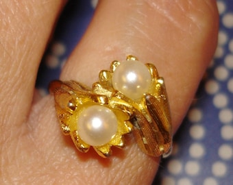 vintage beautiful gold and pearl floral ring signed VOGUE