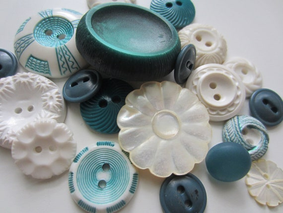 Vintage Buttons - Cottage chic mix of  green and white, old and sweet -  lot of 20 (3003)
