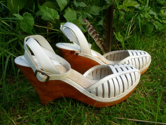 Vintage Wood and Leather Platform Sandals... size 8