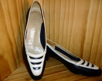 Lost at SEA - Vintage 80's or 90's - Salvatore Ferragamo - NAUTICAL - Sailor - Navy - White - Leather - Pump shoes - may fit size 8 or 9AA