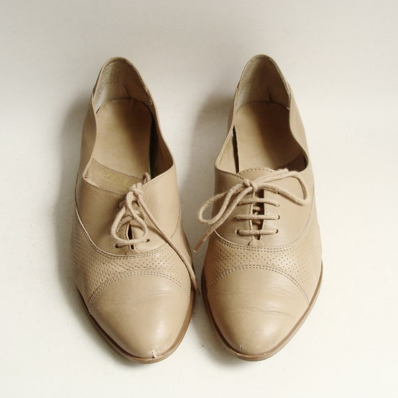 shoes 7.5 / beige leather oxfords / lace up oxfords / 80s 90s leather flats / shoes size 7.5 / vintage shoes