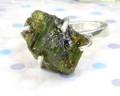 Rough stone ring - Raw uncut Apatite stone - Asparagus stone ring- OOAK