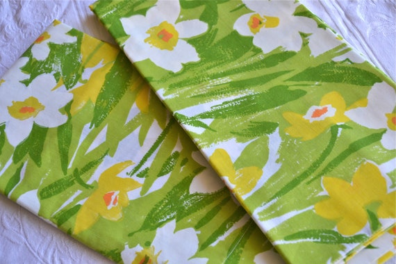 Vintage Pillowcases - Yellow and Green Daffodils - Standard Size Pair
