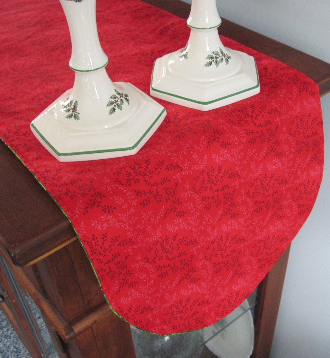 green holly christmas table runner 36 inch reversible green. Black Bedroom Furniture Sets. Home Design Ideas