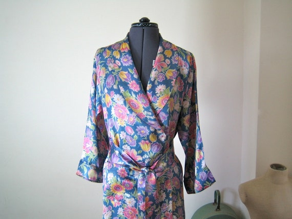 1930s Robe / Dressing Gown / flowered rayon in blue, violets, pinks/ Medium to Large M-L