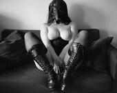 Nackte Kunst Frau schwarz-weiß Mittelformat Film Fetisch Dessous Stiefel und Gasmaske Foto print Wandkunst - Gritty 120 6 X 6-03