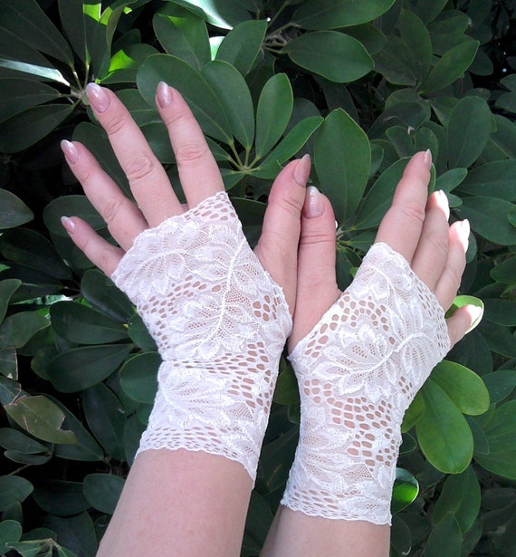Fingerless  gloves   lace  offwhite  of stretch ,wedding