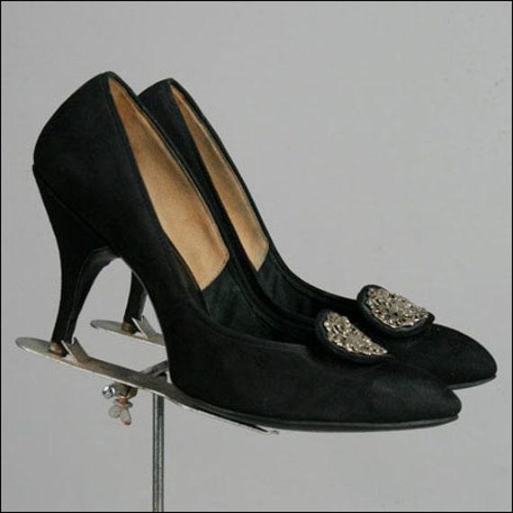 Vintage 1950s Black Suede Pumps . Silver Buckle . Size 9.5 10 . 2298