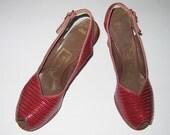 Vintage 1940s Red Pumps / 40s Red Lizard Pumps Shoes / 40s Red Peep Toe Platform Slingback Pumps By Rinaldi - Size 8 1/2 A