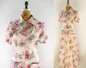 vintage 1940s dress maxi long hostess seersucker floral print house dress front metal zipper ruffle patch pockets small s medium m