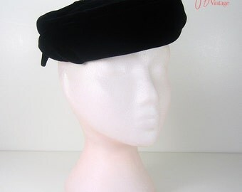 50s hat / vintage black velvet hat / 1950s topper pillbox hat / Hats by Eddi / Jordan Marsh Boston