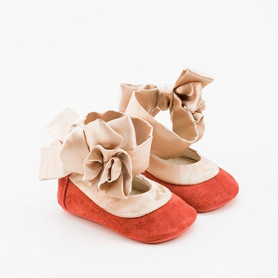 Baby shoes in coral pink suede and silk trim