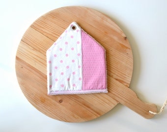 sale -pink house potholder - abstract house - new home housewarming gift - shabby style kitchen - pink dots - foodie gift - fabric trivet