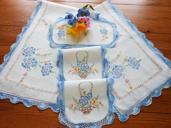Beautiful 5 Piece Hand Embroidered Linen Dresser Scarf Set Mint Condition