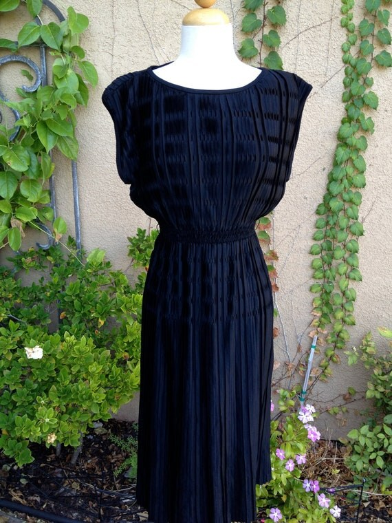 A vintage 1960s 1970s black capped sleeves smocked waist pleated design dress size XS S