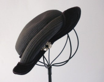 MINT Like New Vintage 1930s Tilt Bandeau Style Eggplant Plum Purple Hat with Brown Velvet Trim and Rhinestone Embellishment