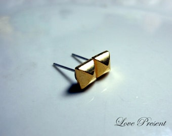 Grand Rock N Roll and Punk Pyramid earrings stud style - Color Gold