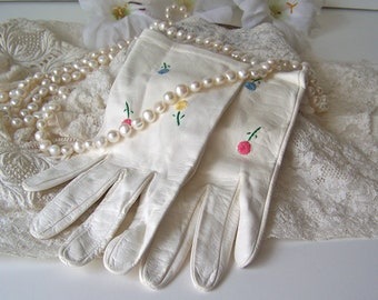 Vintage Gloves White Leather Embroidered Flowers Wedding Day Soft Leather Gloves Fownes Size 7 1980s