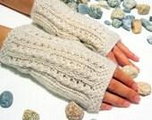 Fingerless gloves in light beige