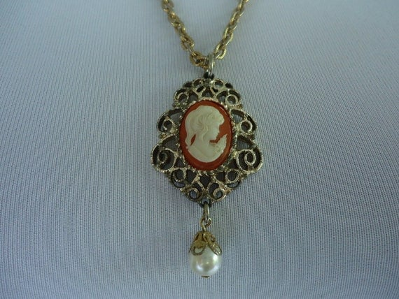 1970s cameo pendant / 70s Sarah Cov necklace / Sarach Coventry Tassel Pendant necklace