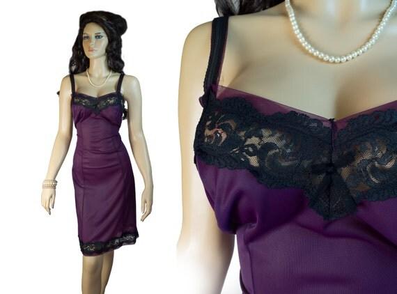 Classic plum 1960s vintage black lace full slip - 60er Jahre Unterkleid (2088)