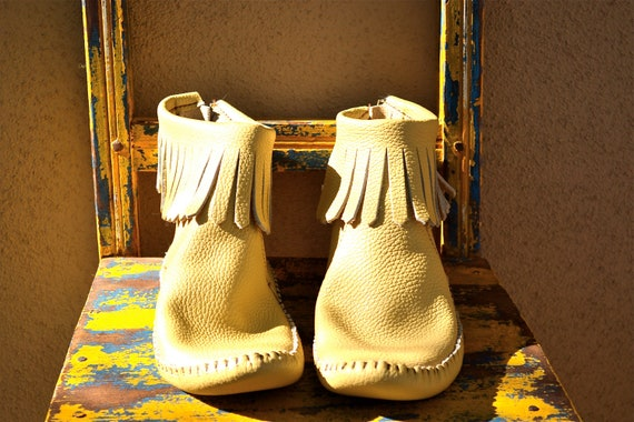vtg TAOS creamy TAN leather bootie fringed MOCCASIN boho 9