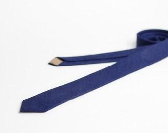 Skinny tie in navy blue
