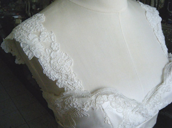 Straps cap sleeves Ivory lace flower edge Detachable
