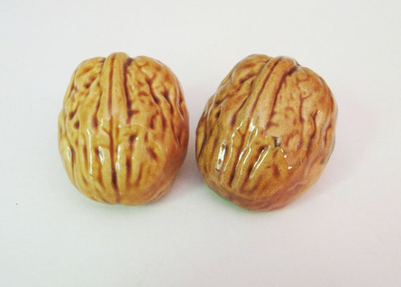 Vintage Walnut Nut Salt and Pepper Shakers for Autumn Fall Thanksgiving Decoration Holiday Home Decor