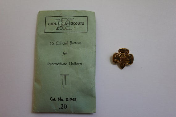 Circa 1940s - 1950s Vintage Package of Girl Scouts Official Uniform Buttons with Vintage Girl Scout Pin