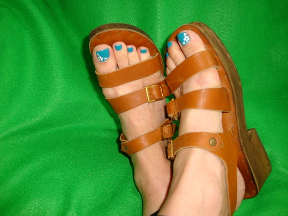 Vintage 70s Wooden Platform Brown Leather Sandals Straps Buckles Wood Heel. Tan Hippie Shoes. Burning Man Festival. Size 8 1/2