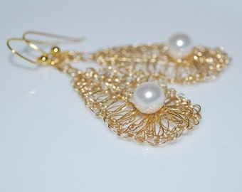 Single Crystal Pearl On Crocheted Wire Leaf Earrings, Gold Wire Crochet Earring, Pearl On Leaf Earrings, Crochet Wire Jewelry, White