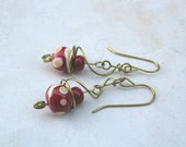 Hypoallergenic niobium earrings, gold with red Effetre glass beads. No 595.