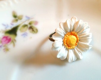 Daisy Ring. Adjustable Brass Ring Band. White Flower. White. Yellow. Summer. Flower Ring. Woodland. Simple. 10 Dollars. Garden. Boho.