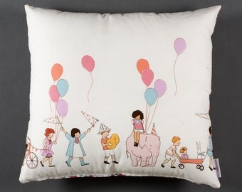 Coussin enfant avec ballons multicolore,cirque,parade,winter trend,november trend,autumn finds