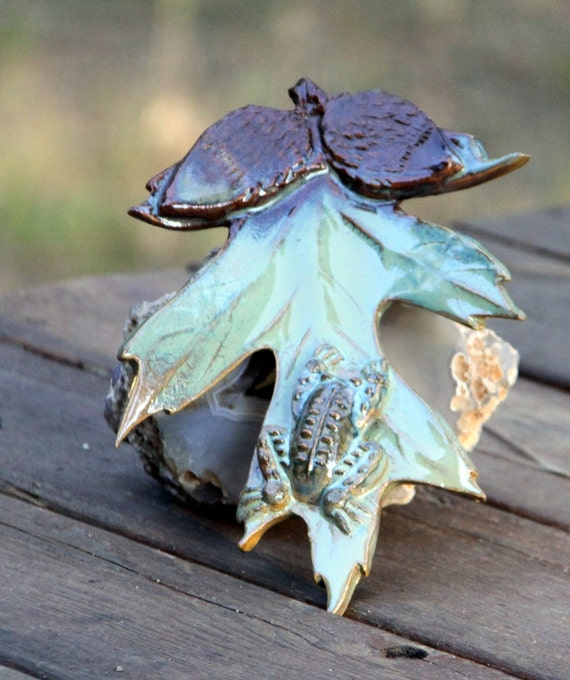 Ceramic Oak Leaf w/a Pottery Frog. Soap Dish, Wall Hanging, Put in your Fountain