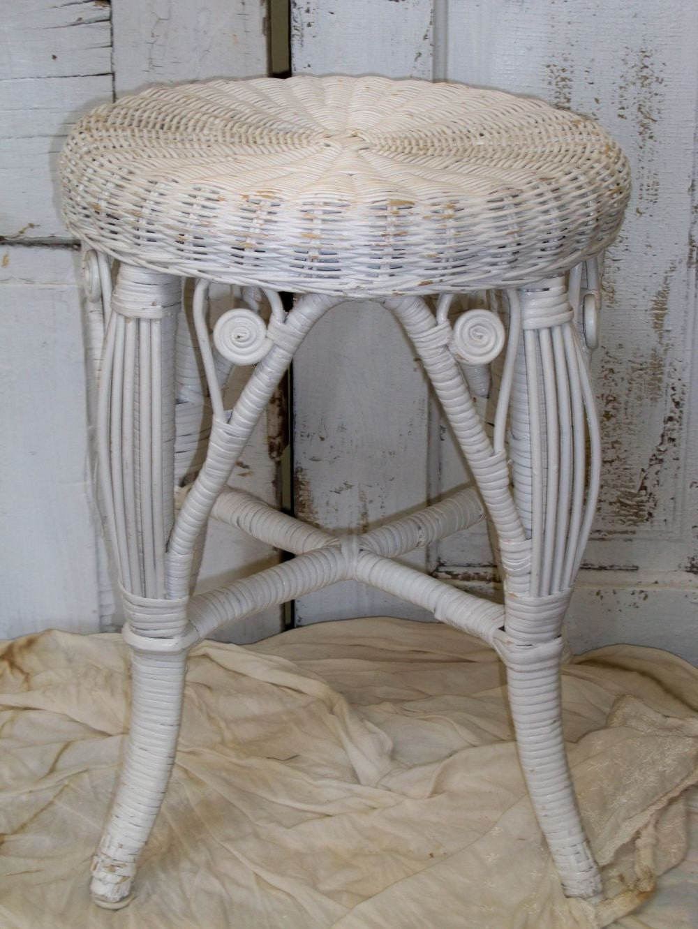 Vintage white wicker stool shabby chic small table home decor for Petite table decorative