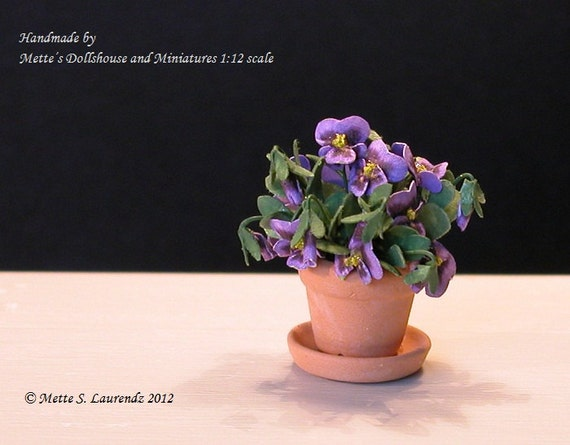 Dollhouse plant - Purple Pansies in terracotta flower pot with saucer  - 1:12 miniature (GF12)