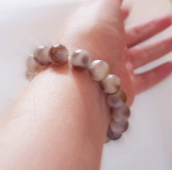 Brown and white paisley bracelet, stretchy cord type