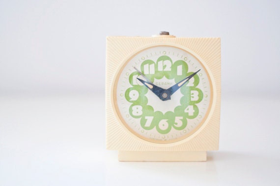 "Vintage mechanical alarm clock ""Sevani"" - ivory green"