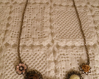 Vintage Style - Romantic Statement Necklace with resin flowers