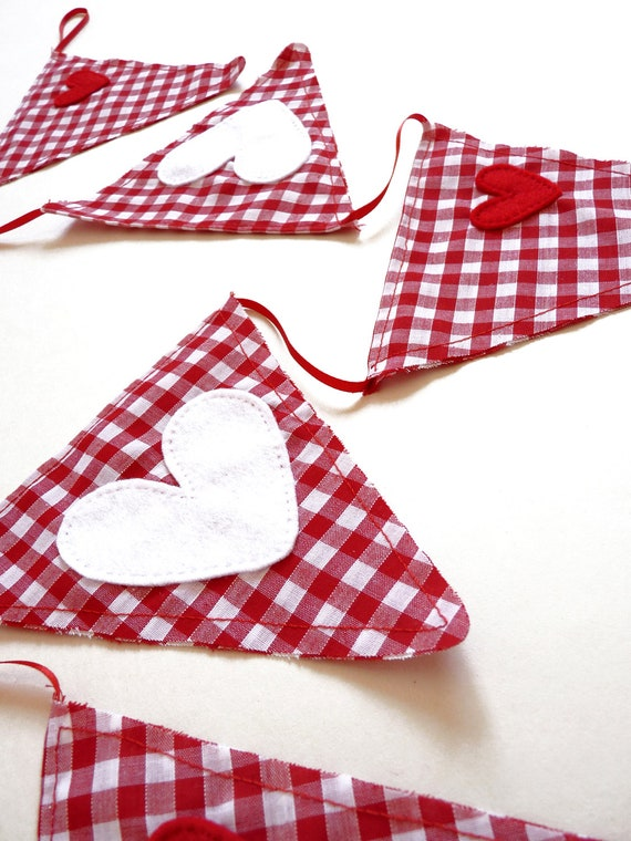 Festive Red and White Gingham Christmas Bunting with Red and White Felt Heart Embellishments (2.5 Meters/8.2 Feet) - Holiday Decor