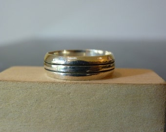 SALE Vintage Silver Lined Band Ring