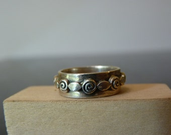 SALE Vintage Silver Band Ring with Ovals and Swirls