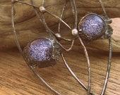 Gehämmert Kupfer Statement Ohrringe in funkelnden lila Glas