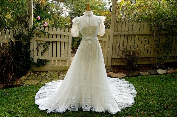 Vintage 1970's Country Prairie Wedding Dress by Alfred Angelo Bridallure, UNION Made ILGWU, Antique White, Lace, Cotton, size Small