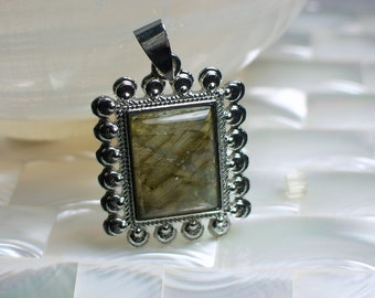 Labradorite GEMSTONE Pendant Green in Silver tone Metal